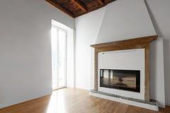 Woonkamer met vensters die het meer overzien fireplace stock foto