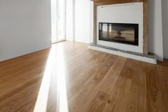Woonkamer met vensters die het meer overzien fireplace stock afbeelding