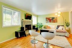 Woonkamer met wit meubilair Stock Afbeelding