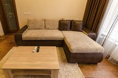 Woonkamer in verse vernieuwde flat met moderne LEIDENE verlichting Stock Afbeelding
