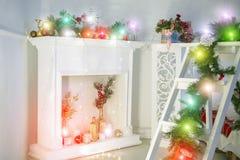 Woonkamer voor Kerstmis wordt verfraaid die Mooie Kerstmis achtergrondgroetkaart stock afbeeldingen