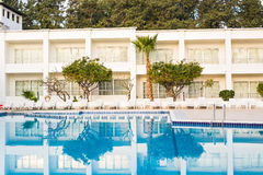Woonplaats met zwembad royalty-vrije stock afbeeldingen