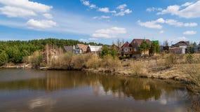 Woonwijk op de bank van een reservoir Stock Foto's