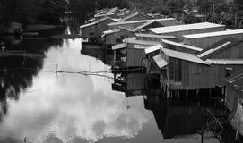 Woonwijk op rivier met golfijzerhuizen Royalty-vrije Stock Foto