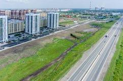 Woonwijk over de achtergrond van de stadsinstallatie Tyumen Royalty-vrije Stock Afbeeldingen