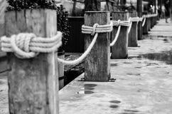 WooPier pelare med det flätade repet. Royaltyfri Foto
