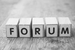 woord op houten kubus op houten bureauconcept als achtergrond - Forum stock fotografie