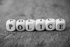 woord op houten kubus op houten bureauconcept als achtergrond - Politie royalty-vrije stock afbeeldingen