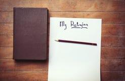Woorden mijn Mijn godsdienst en boek op houten lijst stock foto