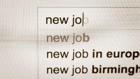 Woorden nieuwe baan die in de onderzoekslijn worden getypt van Internet-browser stock footage