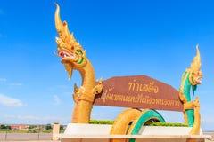 Woorden op het aanplakbord van Thais aan het Engels als Tha worden vertaald die Royalty-vrije Stock Foto's