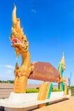 Woorden op het aanplakbord van Thais aan het Engels als Tha worden vertaald die Stock Fotografie