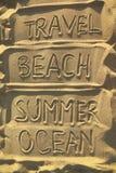 Woorden op zand - reis, strand, de zomer en oceaan Stock Foto's