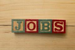 Woorden van de banen koelen de houten kubus op houten lijst royalty-vrije stock foto's
