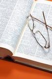Woordenboek en glazen Stock Fotografie