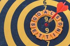 Woordendoelstellingen het plaatsen en pijltjedoel op bullseye royalty-vrije stock fotografie