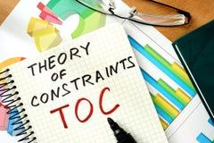 Woordentheorie van Beperkingen TOC op de blocnote en de grafieken stock afbeeldingen