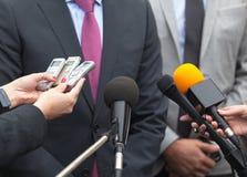 woordvoerder Persconferentie Media gesprek microfoons Royalty-vrije Stock Foto's