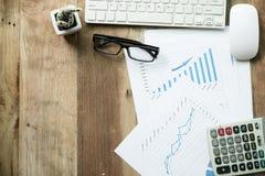 Woork del escritorio con el ordenador portátil, taplet, pluma, informe del análisis, calculadora Foto de archivo libre de regalías