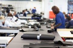 Woorkers na fábrica de matéria têxtil fotos de stock royalty free