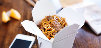 Wołowiny lo mein wewnątrz bierze out pudełkowatą panoramę Fotografia Stock