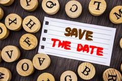 Word, écriture, économies des textes la date Rappel conceptuel d'invitation d'anniversaire de mariage de photo écrit sur le papie Photo libre de droits
