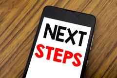Word, écrivant à écriture de prochaines étapes Concept d'affaires pour futur Golas et cible écrite sur le téléphone portable de t Photographie stock libre de droits