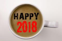 Word, écrivant à 2018 heureux le texte en café dans la tasse Concept d'affaires pour la célébration de vacances sur le fond blanc Photographie stock