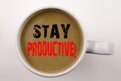 Word, écrivant à séjour le texte productif en café dans le concept d'affaires de tasse pour la productivité d'efficacité de conce Photos libres de droits