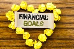 Word, écrivant des buts financiers Concept d'affaires pour le plan d'argent de revenu écrit sur le papier de note collant sur le  Photographie stock libre de droits