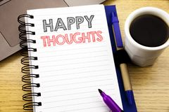 Word, écrivant des pensées heureuses Concept d'affaires pour le bonheur pensant bon écrit sur le livre de carnet sur le fond en b Photo stock
