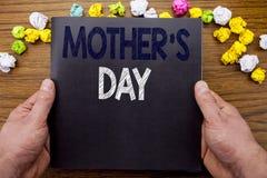 Word, écrivant la fête des mères Concept d'affaires pour la célébration de salutations de maman écrite sur le livre de carnet de  Photos stock