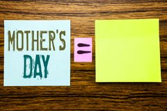 Word, écrivant la fête des mères Concept d'affaires pour la célébration de salutations de maman écrite sur le papier de note coll Image libre de droits