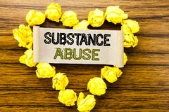 Word, écrivant la toxicomanie Concept d'affaires pour la drogue médicale de santé écrite sur le papier de note collant sur le fon Images stock