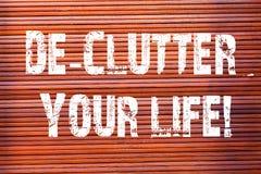 Word écrivant la vie de De Clutter Your des textes Concept d'affaires pour enlever les articles inutiles désordonnés ou la brique image stock
