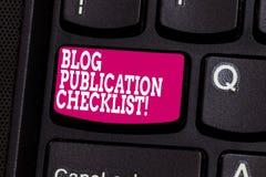 Word écrivant le concept d'affaires de liste de contrôle de publication de blog des textes pour les articles recevables énumèrent images libres de droits