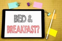 Word, écrivant le concept d'affaires de petit déjeuner de lit pour le voyage de voyage de vacances écrit sur l'ordinateur portabl Photos stock
