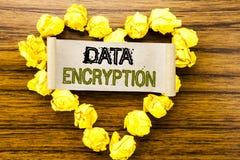 Word, écrivant le cryptage des données Concept d'affaires pour la protection des données écrite sur le papier de note collant sur Photos stock