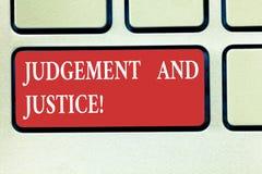 Word écrivant le jugement et la justice des textes Concept d'affaires pour le système des lois dans un pays que juges montrant le photographie stock libre de droits