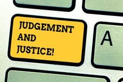 Word écrivant le jugement et la justice des textes Concept d'affaires pour le système des lois dans un pays que juges montrant le photos libres de droits