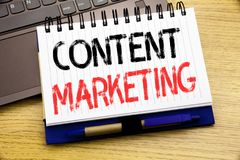 Word, écrivant le marketing satisfait Concept d'affaires pour le plan de media en ligne écrit sur le livre de carnet sur le fond  Photo stock