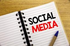 Word, écrivant le media social Concept d'affaires pour le réseau Internet global écrit sur le bloc-notes avec l'espace de copie s Photos libres de droits