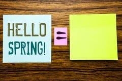 Word, écrivant le ressort de bonjour ! Concept d'affaires pour l'accueil d'heure d'été écrit sur le papier de note collant sur le Photo libre de droits