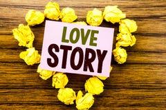 Word, écrivant Love Story Concept d'affaires pour aimer quelqu'un coeur écrit sur le papier de note collant sur le fond en bois Photo stock