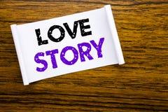 Word, écrivant Love Story Concept d'affaires pour aimer quelqu'un coeur écrit sur le papier de note collant sur la force en bois  Image stock