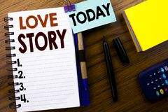 Word, écrivant Love Story Concept d'affaires pour aimer quelqu'un coeur écrit sur le papier de note de livre sur le fond en bois  Photos libres de droits