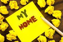 Word, écrivant ma maison Concept d'affaires pour l'amour de domaine de Chambre écrit sur le papier de note collant, fond en bois  photographie stock