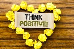 Word, écrivant pensent le positif Concept d'affaires pour l'attitude de positivité écrite sur le papier de note collant sur le fo Photo libre de droits