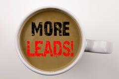 Word, écrivant plus d'avances textotent en café dans la tasse Le concept d'affaires pour Get plus mène le marketing du consommate Photos stock