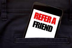 Word, écrivant se réfèrent un ami Concept d'affaires pour le téléphone portable de téléphone écrit par vente de référence, téléph Photos stock